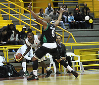 BOGOTA - COLOMBIA: 06-05-2013: Tayron (Izq.) Piratas de Bogotá, disputa el balón con  Fernandez (Der.) de  Aguilas de Tunja mayo  6 de 2013. Piratas y Aguilas de Tunja disputaron partido de la fecha 11 de la fase II de la Liga Directv Profesional de baloncesto en partido jugado en el Coliseo El Salitre. (Foto: VizzorImage / Luis Ramirez / Staff) Tayron (L) of Pirates from Bogota disputes the ball with Fernandez (R) of Aguilas from Tunja May 6, 2013. Piratas and Aguilas de Tunja disputed a match for the 11 date of the Fase II of the League of Professional Directv basketball game at the Coliseo El Salitre. (Photo. VizzorImage / Luis Ramirez / Staff)