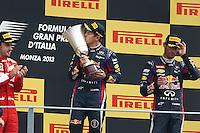 O piloto alemão Sebastian Vettel, da Red Bull, comemora no pódio sua vitória no GP de Fórmula 1 da Itália, disputado no circuito de Monza, neste domingo (08). (Foto: Pixathlon / Brazil Photo Press).