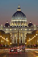 Italy, Lazio, Rome: St Peter's Basilica viewed along Via della Conciliazione at night | Italien, Latium, Rom: der Petersdom und die Via della Conciliazione bei Nacht