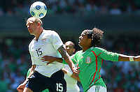 SOCCER/FUTBOL.ELIMINATORIAS CONCACAF 2010.MEXICO VS ESTADOS UNIDOS.CLASICO DE CONCACAF.Action photo of Giovani Dos Santos (R) of Mexico and Jay DeMerit of USA, during World  Cup 2010 qualifier game against USA at the Azteca Stadium./Foto de accion de Giovani Dos Santos (D) de Mexico y Jay DeMerit de USA durante juego eliminatorio de Copa del Mundo 2010 en el Estadio Azteca. 12 August 2009. MEXSPORT/OSVALDO AGUILAR