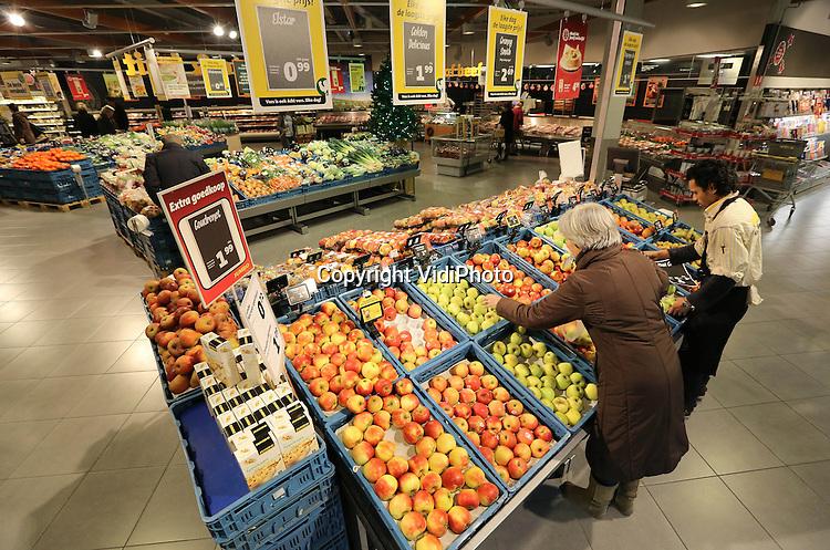 Foto: VidiPhoto..HILVERSUM - De AGF-afdeling van supermarkt Jumbo in Hilversum is een van de grootste en meeste uitgebreidde van Nederland. Het succes van een supermarktketen hangt af van verschillende factoren. Bij Jumbo zijn twee strategische keuzes van groot belang geweest bij de onstuimige groei van de formule. Jumbo heeft gemiddeld relatief grote winkels wat een breed assortiment mogelijk maakt, ook het gebied van groente en fruit. Maar tegelijkertijd voert de formule een beleid van lage prijzen, en zit schurkt daarmee tegen de groep van discounters aan. De combinatie van breed assortiment en lage prijzen is knap en belangrijke pijler onder het succes van dit familiebedrijf. Op de foto een van de nieuwste Jumbo winkels in Hilversum..