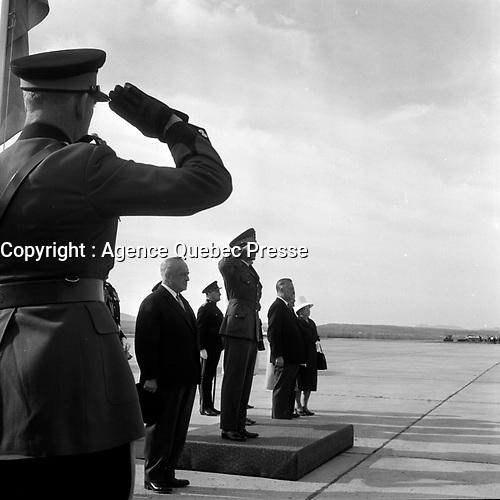 Des soldats du Royal 22e acceuillent le  Shah d'Iran Mohammad Reza Chah Pahlavi et sa femme en visite dans la ville de Quebec, le 23 mai 1965.<br /> <br /> PHOTO : Agence Quebec Presse - Photo Moderne