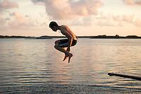 20140805 Vilda-l&auml;ger p&aring; Kragen&auml;s. Foto f&ouml;r Scoutshop.se<br /> hoppa, bada, luften, kv&auml;ll, scout, moln, vatten