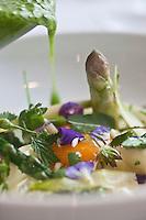 Europe/France/Auverne/63/Puy-de-Dôme/Durtol: Asperge  de Vertaizon au jaune de poule, jus de cresson, jeunes pousses de cueillette recette de  Xavier Beaudiment - Restaurant: Le Pré Carré