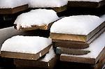 Bouwdetails tijdens een koude vorstperiode op een bouwplaats in de winter: ondersneeuwde planken hout liggen klaar voor de afbouw van een nieuwbouwproject.  COPYRIGHT TON BORSBOOM