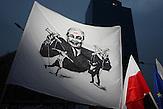 Kaczynski zieht die F&auml;den.<br />Demonstration gegen das neue Mediengesetz und die polnische Regierung vor dem Polnischen Fernsehen TVP. <br /><br />An anti-government demonstrationby the &quot;Committee for the Defense of Democracy&quot; (KOD) for free media in front of the Polish public Television (TVP) headquarter in Warsaw.