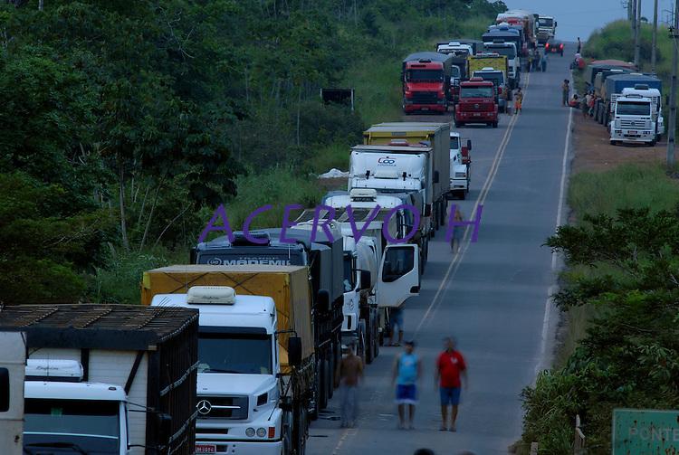 Centenas de caminhões estão parados na Pa 150 formando uma grande fila com mais de 3 km de extensão. Após apreensão madeireira de mais de 10000 metros cúbicos que deveriam ser levadas para Belém pelos fiscais da Sema que sairam da cidade após serem detidos por madeireiros.Em uma operação iniciada na última segunda feira as 7:30 horas da manhã nos arredores de Tailândia(sul do Pará), cerca de 120 homens com 30 viaturas,  da Polícia Militar do estado do Pará, polícia civil e agentes do Ibama medem toras de madeira na madeireira Catarinense, suspeita de iregularidade. Durante a operação já foram apreendidas cerca de 10.000 mts cúbicos de espécimes diversas como Jatobá, Mata mata e angelim  com 4 prisões. Até agora seis serrarias uma carvoaria e uma mineradora(areia) já foram autuadas.Tailândia Pará Brasil19 02 2008Foto Paulo  Santos