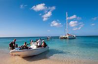 Cuba, Katamaran mit Tauchern auf Halbinsel Ancon bei Trinidad, Provinz Sancti Spiritus