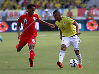 BARRANQUILLA  - COLOMBIA - 8-10-2015: Frank Fabra jugador de la seleccion Colombia  disputa el balon con Andre Carrillo de la seleccion Peru durante primer partido  por por las eliminatorias al mundial de Rusia 2018 jugado en el estadio Metropolitano Roberto Melendez  / : Frank Fabra  player of Colombia  fights for the ball with Andre Carrillo  of selection of Peru during first qualifying match for the 2018 World Cup Russia played at the Estadio Metropolitano Roberto Melendez. Photo: VizzorImage / Felipe Caicedo / Staff.