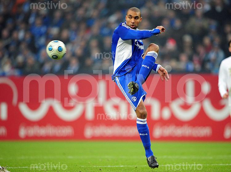 FUSSBALL   1. BUNDESLIGA   SAISON 2008/2009   16. SPIELTAG FC Schalke 04 - Hertha BSC Berlin                           06.12.2008 Orlando ENGELAAR (FC Schalke 04) Einzelaktion am Ball