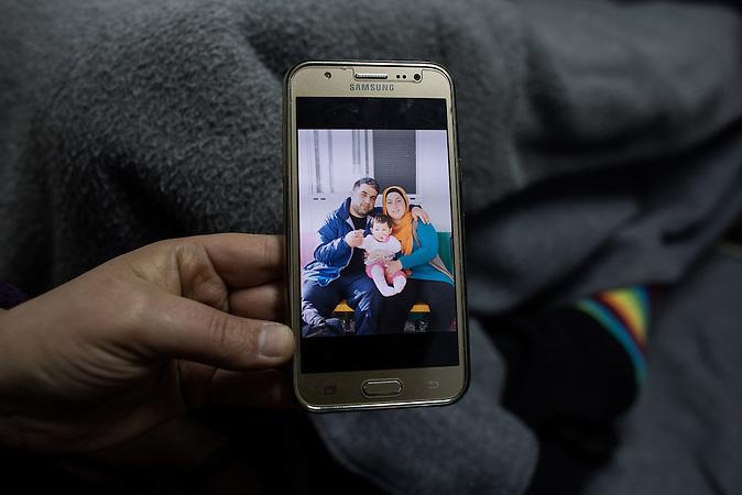 Eine junge Frau aus Syrien, wartet seit Monaten auf ihre Familienzusammenführung. das gemeinsame  Baby hat ihr Mann, der schon in Deutschland Asylstatus hat, erst kürzlich bei einem Besuch in Lagadikia zum ersten Mal gesehen. Auf dem Display sieht man sie alle drei zusammen während dieses Besuches. Jetzt ist Ihr Mann wieder in Deutschland und versucht die Familie nachzuholen.