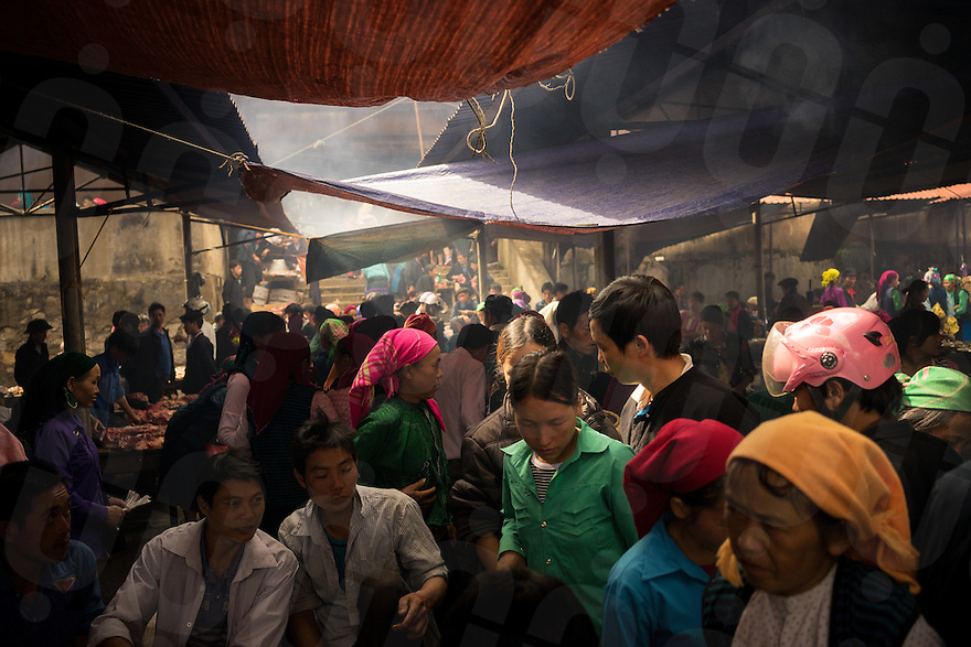 September 21, 2014 - Meo Vac (Vietnam). Locals at the weekly market of Meo Vac. Each Sunday hundreds of people flock into town from the surrounding valleys walking for kilometers to sell and buy local products. © Thomas Cristofoletti / Ruom