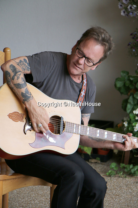 BNPS.co.uk (01202 558833)<br /> Pic:  NaomiHouse/BNPS<br /> <br /> The Hollywood star also played a medley of his songs with the support of his band.<br /> <br /> Hollywood star Kiefer Sutherland made a surprise visit to a hospice - after getting a video message on social media inviting him to drop by.<br /> <br /> The actor, who played Jack Bauer in 24 and has also starred in Designated Survivor, met residents at Naomi House & Jacksplace in Winchester, Hants.<br /> <br /> He had been due to perform at a local festival later in the day but was able to squeeze in the heartwarming visit.