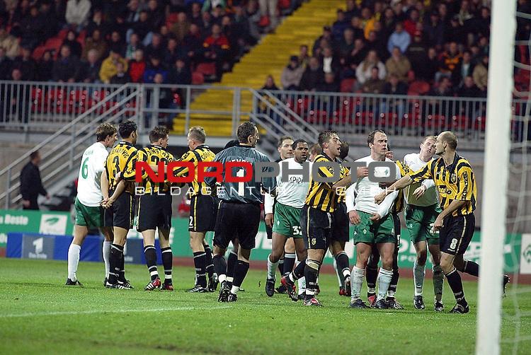UEFA Pokal 2002/2003 2. Runde - Rueckspiel<br /> SV Werder Bremen vs Vitesse Arnheim 3:3<br /> Foul im Strafraum an Ailton, der f&permil;llige Elfmeter blieb aus, danach grosse Aufregung im Weser Stadion<br /> Foto &copy; nordphoto <br />  *** Local Caption *** Foto ist honorarpflichtig! zzgl. gesetzl. MwSt.<br />  Belegexemplar erforderlich<br /> Adresse: nordphoto<br /> Georg-Reinke-Strasse 1<br /> 49377 Vechta
