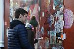 *BRAZIL ONLY* ATENÇÃO EDITOR, FOTO EMBARGADA PARA VEÍCULOS INTERNACIONAIS*  wenn33543141   Fãs de David Bowie deixam flores e mensagens no Memorial Bowie Brixton, para relembrar o músico inglês no seu segundo aniversário de morte, neste domingo (7), em Londres. Foto: Wenn/Framephoto