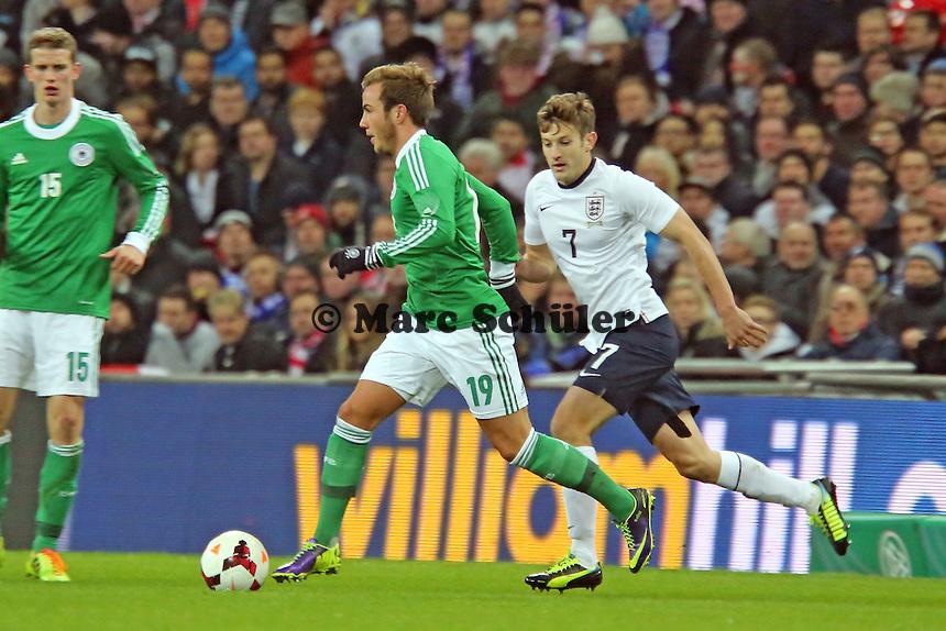 Adam Lallana (ENG) gegen Mario Götze (D) - England vs. Deutschland im Wembley Stadium