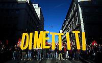 Roma 5 Dicembre 2009.No Berlusconi  Day.Manifestazione  per chiedere le dimissioni di Silvio Berlusconi e del suo Governo,la manifestazione è stata  organizzata dai blogger..Rome, December 5, 2009.No Berlusconi Day.Demonstrations  to demand the resignation of Silvio Berlusconi and Berlusconi's government, the event was organized by bloggers .banner:Resign