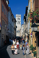 ITA, Italien, Umbrien, Assisi: Corso Mazzini mit Blick auf Minerva-Tempel und Torre del Popolo | ITA, Italy, Umbria, Assisi: Corso Mazzini with view at Minerva-Temple and tower Torre del Popolo