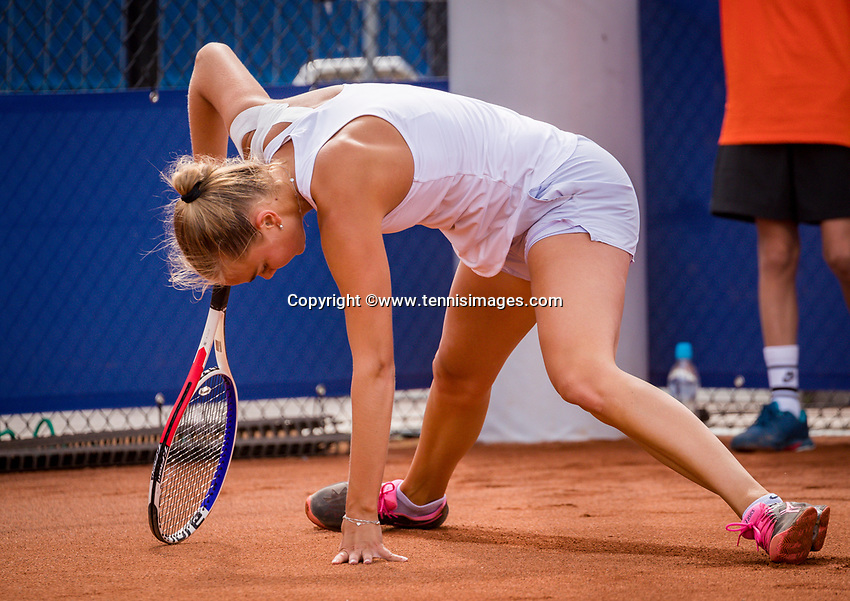 Amstelveen, Netherlands, 1 August 2020, NTC, National Tennis Center, National Tennis Championships,  Womans Final Bente Spee (NED) makes a sliding<br /> Photo: Henk Koster/tennisimages.com