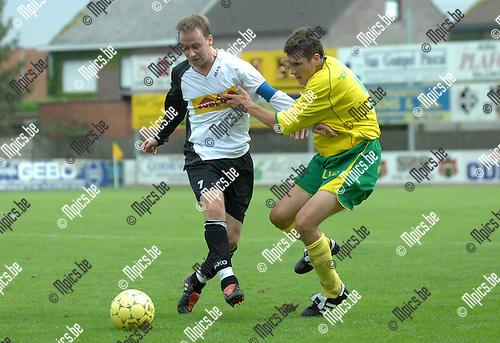 2007-09-02 / Voetbal / K Witgoor SP Dessel - V Meerhout / Duel tussen Wouter Gielen van Witgoor (rechts) en Bart Foets van Meerhout