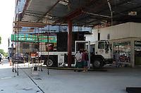 SAO BERNARDO, 07 DE MARCO DE 2012 - POSTO SEM COMBUSTIVEL - Dono de posto sem combustivel, em Sao Bernardo do Campo,  aproveita periodo para fazer reformas, na tarde desta quarta-feira, 07. FOTO: ALEXANDRE MOREIRA - BRAZIL PHOTO PRESS