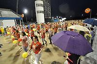 SÃO PAULO, SP, 15 DE JANEIRO DE 2012 - ENSAIO TÉCNICO TOM MAIOR - Muita chuva durante ensaio técnico da Escola de Samba Tom Maior na praparação para o Carnaval 2012. O ensaio foi realizado na noite deste domingo debaixo de muita chuva no Sambódromo do Anhembi, zona norte da cidade. FOTO: LEVI BIANCO - NEWS FREE