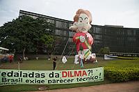 BRASILIA, DF, 07.10.2015 - TCU-CONTAS - Boneco inflável simbolizando a presidente Dilma Rousseff, em frente ao TCU, onde acontecerá sessão para análise das contas públicas do Governo da presidente Dilma Rousseff de 2014, nesta quarta-feira, 07.(Foto:Ed Ferreira / Brazil Photo Press)
