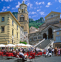 Italy, Campania, Sorrento Peninsula, Amalfi Coast, Amalfi: Cathedral of Sant'Andrea and Cathedral Square in the centre of the picturesque seaside resort | Italien, Kampanien, Sorrentinische Halbinsel, Amalfikueste, Amalfi: Domplatz und Dom im Zentrum den malerischen Kuestenortes
