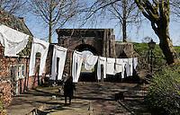 Brielle. Bevrijdingsdag op 1 april: Op deze  dag in 1572 verschenen de Watergeuzen voor de Noordpoort van Den Briel en eisten de overgave van de havenstad. Op deze dag lopen de inwoners in klederdracht uit die tijd en worden de gebeurtenissen nagespeeld.Wasgoed hangt boven de straten
