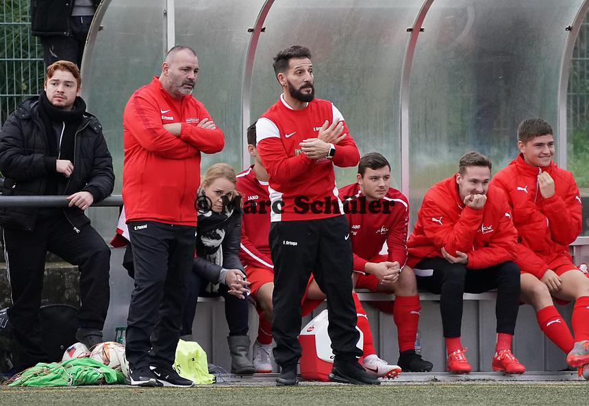 Der neue SKV-Trainer Francisco Ortega mit Interims Co-Trainer Claudio Pascai - Büttelborn 03.11.2019: SKV Büttelborn vs. SV 07 Nauheim, Gruppenliga Darmstadt