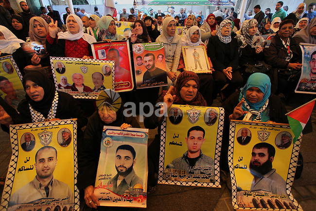 Palestinians take part in a protest demanding release the prisoners in Israeli jails, in front of Red cross office, in Gaza city, on April 4, 2016. Photo by Ashraf Amra