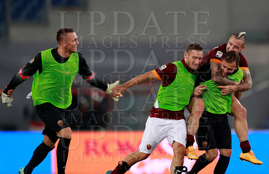 Calcio, Serie A: Roma vs Verona. Roma, stadio Olimpico, 27 settembre 2014.<br /> Roma&rsquo;s players, from left, Lukasz Skorupski, Francesco Totti, Bogdan Lobont and Radja Nainggolan greet fans at the end of the Italian Serie A football match between AS Roma and Hellas Verona at Rome's Olympic stadium, 27 September 2014. Roma won 2-0.<br /> UPDATE IMAGES PRESS/Isabella Bonotto