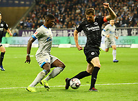 Breel Embolo (FC Schalke 04) gegen David Abraham (Eintracht Frankfurt) - 11.11.2018: Eintracht Frankfurt vs. FC Schalke 04, Commerzbank Arena, DISCLAIMER: DFL regulations prohibit any use of photographs as image sequences and/or quasi-video.