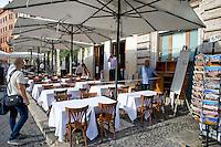 Roma 6 Agosto 2014<br /> Sono tornati per pochi minuti i dehors a Piazza Navona. I titolari dei ristoranti  hanno deciso di alzare le saracinesche e ripristinare gli spazi esterni, ma posizionando i tavolini nel rispetto dei limiti imposti dalle concessioni del comune di Roma. Ma gli agenti della municipale li hanno bloccati: &quot;Non sono autorizzati&quot;. La polizia municipale misura  lo spazio occupato dai ristoranti<br /> Rome August 6, 2014 <br /> They came back for a few minutes the dehors in the Piazza Navona. The owners of the restaurants have decided to raise the  rolling shutter and restore the dehors, but by placing the tables within the limits imposed by the concessions of the city of Rome. But the agents of the municipal blocking them: &quot;They are not unauthorised &quot;. The municipal police measure the space occupied by restaurants