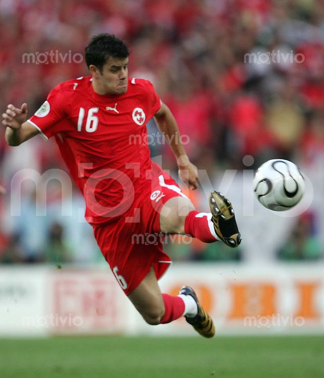 Fussball WM 2006        Schweiz - Sued Korea Tranquillo BARNETTA (SUI) am Ball.