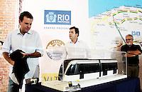 RIO DE JANEIRO, RJ, 26.03.2014 - PREFEITO APRESENTA PROTÓTIPO DO VLT CARIOCA - O Prefeito do Rio de Janeiro Eduardo Paes apresenta aos cariocas o Veículo Leve sobre Trilhos (VLT). O veículo ficará aberto a visitação pública nos Galpões da Gamboa. O objetivo é permitir que a população conheça o novo modelo de transporte que integrará  modais, rodoviário, aquaviário, metroviário, ferroviário e aeroportuários da região central do Rio de Janeiro a partir de 2016. Uma espécie de bonde moderno o VLT fara a integração entre todos os tipos modais da cidade. Formado por sete módulos articulados, o VLT é elétrico, não polui o meio ambiente e vai circular 24 horas por dia, com a capacidade de transportar 285 mil pessoas/dia num percurso de 28km. Os usuário poderão utilizar o novo sistema de transporte utilizando o bilhete utilizando o Bilhete Único Carioca. Nos Galpões da Gamboa na região central da cidade do Rio de Janeiro, nesta quarta-feira, 27. (Foto: Levy Ribeiro / Brazil Photo Press)