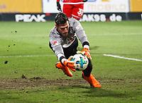 Artur Sobiech (SV Darmstadt 98) scheitert aus fuenf Metern per Kopfball an Torwart Marius Mueller (1. FC Kaiserslautern) - 21.02.2018: SV Darmstadt 98 vs. 1. FC Kaiserslautern, Stadion am Boellenfalltor, 2. Bundesliga