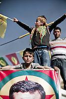 Des enfants kurdes pendant le Newroz, dans un village de la région de Midyat (Turquie), agitent les drapeau du BDP et tiennent le portrait d'un martyr du PKK.