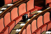 BANCHI VUOTI ED UN PACCHETTO NATALIZIO.Roma 22/12/2011 Senato. Voto di Fiducia sulla Manovra Economica.Votation at Senate about austerity plan. .Photo Samantha Zucchi Insidefoto