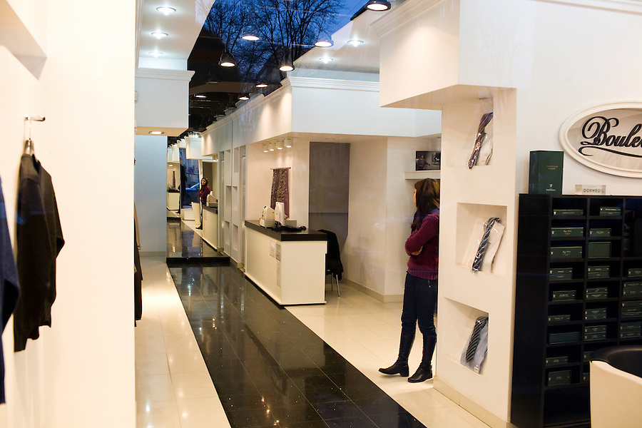 ROMANIA / Bucharest / 14.02.09..A store assistant stands in an empty shoe store on Calea Victoriei, the location for luxury goods in Bucharest. Romania, which had the fastest-growing economy in the EU in the third quarter of last year, predicts a sharp slowdown this year that will lower budget revenue. The IMF said this month that the country probably faces a recession in 2009...© Davin Ellicson / Anzenberger