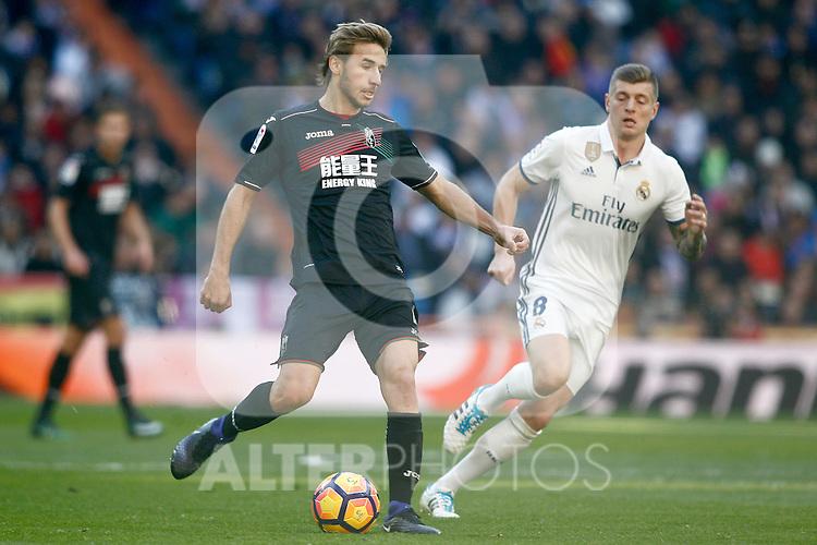 Real Madrid's Toni Kroos (r) and Granada CF's Sergi Samper during La Liga match. January 7,2016. (ALTERPHOTOS/Acero)