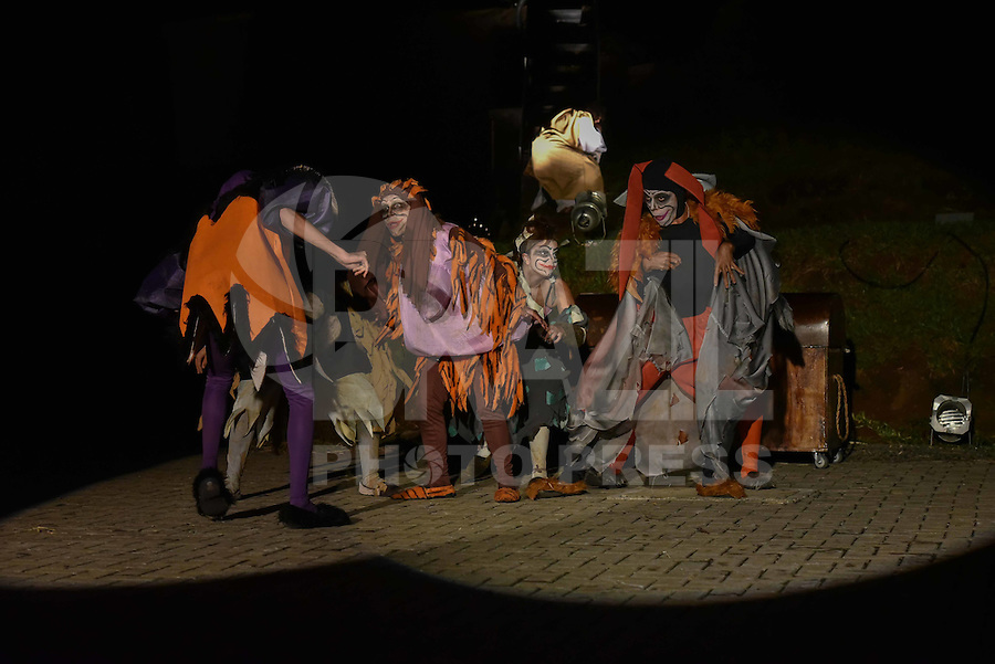 PIRACICABA,SP, 15.03.2016 -PAIXÃO DE CRISTO : Ao longo de 42 cenas, a Paixão de Cristo de Piracicaba é apresentada a céu aberto em um espaço de oito mil metros quadrados, projetado para permitir visibilidade completa de todas as cenas. Em uma apresentação realista, os efeitos cênicos e técnicos são distribuídos pelos diversos palcos que compõem a estrutura da montagem e servem para aproximar o público do clima da encenação. A utilização de recursos como carruagens, bigas, soldados e artistas circenses, juntos à dramatização da trilha sonora, rementem o espectador à época de Jesus Cristo. A peça é encenada no Engenho Central de Piracicaba até o dia 27 de março. (Foto: Mauricio Bento / Brazil Photo Press)
