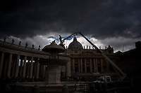 Operai al lavoro in Piazza San Pietro. Vatican employed at work in St. Peter Square.