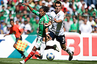 SOCCER/FUTBOL.ELIMINATORIAS CONCACAF 2010.MEXICO VS ESTADOS UNIDOS.CLASICO DE CONCACAF.Action photo of Giovani Dos Santos (L) of Mexico and Carlos Bocanegra of USA, during World  Cup 2010 qualifier game against USA at the Azteca Stadium./Foto de accion de Giovani Dos Santos (I) de Mexico y  Carlos Bocanegra de USA, durante juego eliminatorio de Copa del Mundo 2010 en el Estadio Azteca. 12 August 2009. MEXSPORT/ETZEL ESPINOSA