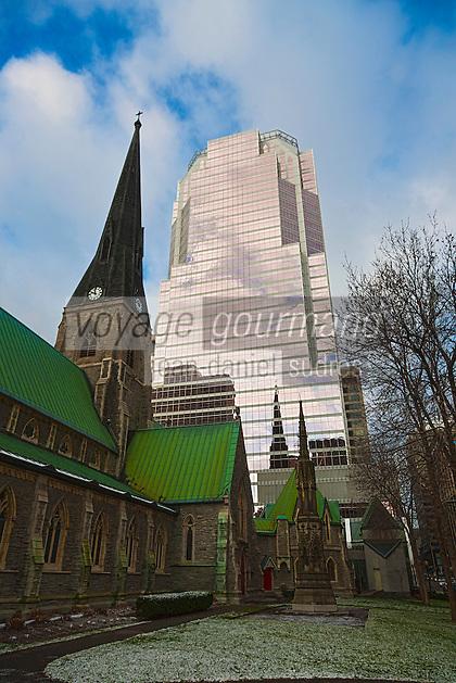 Amérique/Amérique du Nord/Canada/Québec/Montréal: La Cathédrale Christ Church de Montréal, Rue Sainte-Catherine Ouest et la Tour KPMG,  8e plus haut gratte-ciel de Montréal