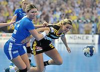 Handballl Champions League Frauen - HC Leipzig (HCL) gegen IK Sävehof/ Saevehof am 19.10.2013 in Leipzig (Sachsen). <br /> IM BILD: Natalie Augsburg (HCL) gegen Hanna Fogelström / Fogelstroem <br /> Foto: Christian Nitsche / aif
