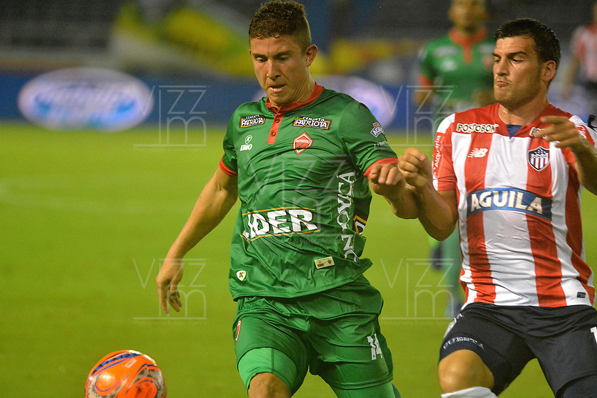 BARRANQUILLA - COLOMBIA - 18 - 04 - 2017: Bernardo Cuesta (Der.) jugador de Atletico Junior disputa el balón con Nicolas Carreño (Izq.) jugador de Patriotas F.C. durante partido de la fecha 13 entre Atletico Junior y Patriotas F.C. por la Liga Aguila I-2017, jugado en el estadio Metropolitano Roberto Melendez de la ciudad de Barranquilla. / Bernardo Cuesta (R) player of Atletico Junior vies for the ball with Nicolas Carreño (L) player of Patriotas F.C. during a match of the date 13 between Atletico Junior and Patriotas F.C. for the Liga Aguila I-2017 at the Metropolitano Roberto Melendez Stadium in Barranquilla city, Photo: VizzorImage  / Alfonso Cervantes / Cont.