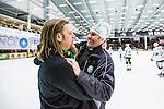 V&auml;ster&aring;s 2014-03-08 Bandy SM-semifinal 4 V&auml;ster&aring;s SK - Hammarby IF :  <br /> V&auml;ster&aring;s tr&auml;nare Andreas Westman jublar V&auml;ster&aring;s supporter efter matchen<br /> (Foto: Kenta J&ouml;nsson) Nyckelord:  VSK Bajen HIF jubel gl&auml;dje lycka glad happy