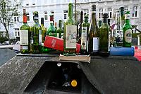 Germany, Hamburg, impact of Corona crisis, as peoples are in isolation alcohol consume is rising, full waste glass recycling box / Auswirkungen der Corona Krise, durch Kontaktsperre und lockdown steigt Alkoholkonsum zu Hause, voller Altglas Container, zu Hause werden Bücher aussortiert und auf die Strasse zum Verschenken gestellt
