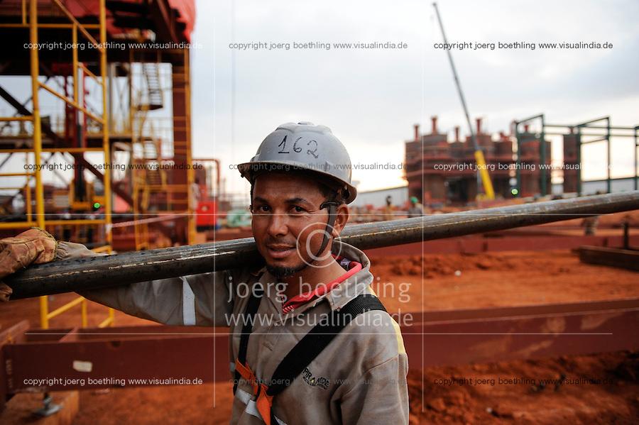 Afrika ANGOLA Malange , Biocom Projekt, Joint venture zwischen Konzern Odebrecht aus Brasilien und Sonangol, die Zuckerfabrik ist im Bau und soll 240.000 Tonnen Zucker pro Jahr herstellen, dazu kommen 30 Millionen Liter Ethanol und 70 Megwatt Strom aus Bagasse von einem Biomassekraftwerk, Plantage und Zuckerfabrik sollen 1470 Menschen beschaeftigen, Baustelle Zuckerfabrik, brasilianischer Arbeiter auf der Baustelle / ANGOLA Malange , Biocom Project, sugar factory and large farm for production of sugar cane for 240.000 tons sugar and 30 billion litre bio ethanol, brazil worker at construction site sugar and ethanol factory